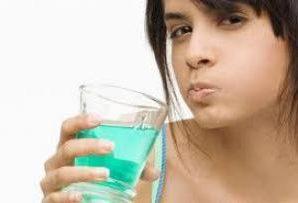 Стоматологи раскритиковали жидкости для полоскания рта